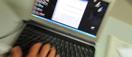 Un uomo utilizza un computer portatile in una foto d'archivio. ANSA/FRANCO SILVI/DRN